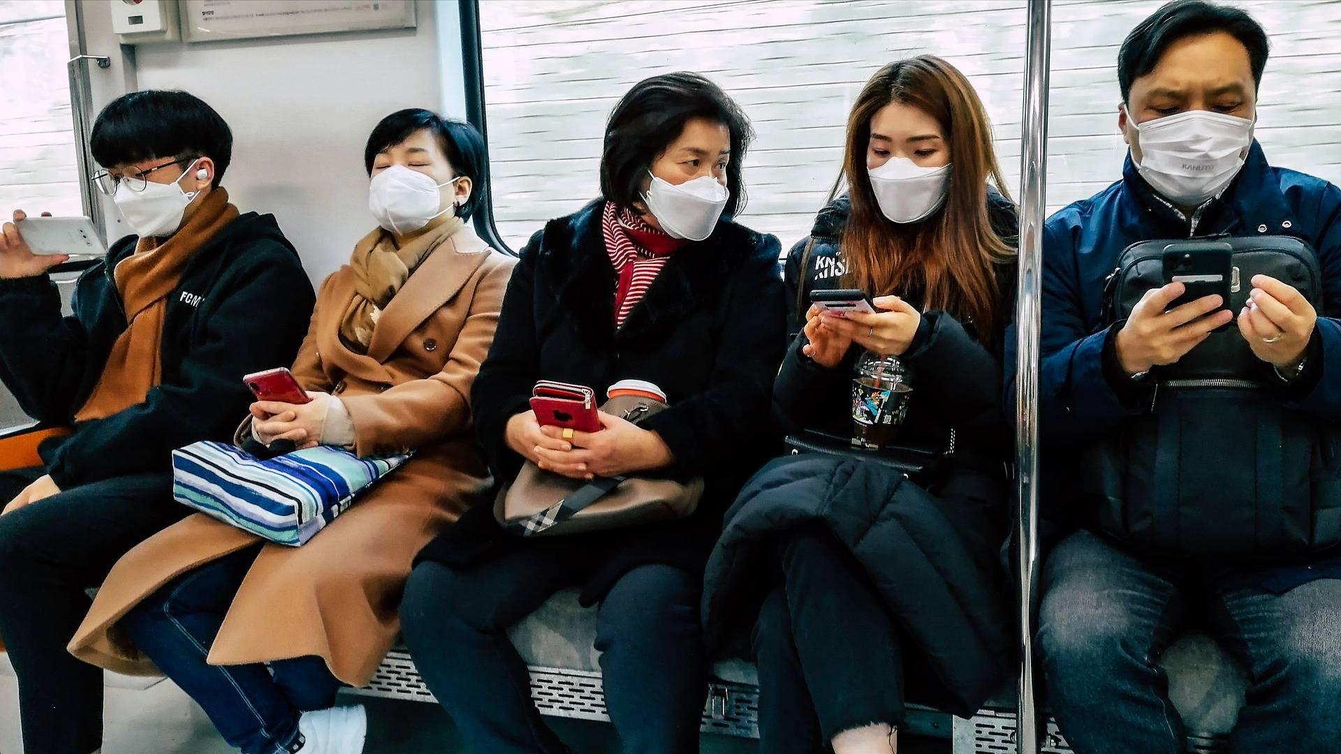 Passagers avec des masques dans le métro