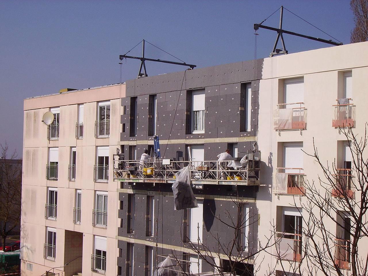 Ouvriers travaillant sur la façade d'un bâtiment