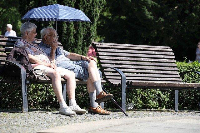 Personnes âgées sur un banc / Old people in a park